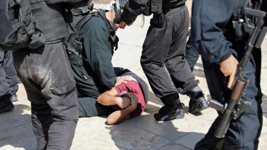 Fuerzas israelíes detienen a un palestino en la Mezquita Al-Aqsa en Al-Quds (Jersulaén), 11 de agosto de 2019. (Foto: AFP)