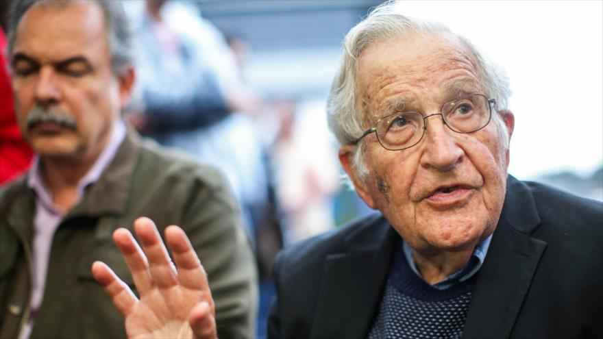 El politólogo estadounidense Noam Chomsky, en una conferencia en Curitiba, Brazil, 20 de septiembre de 2019. (Foto: AFP)