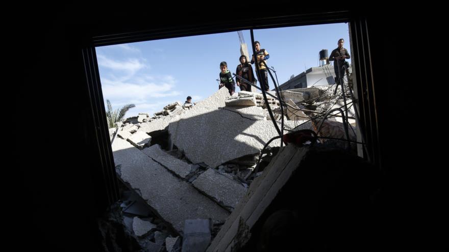 Niños palestinos en los escombros de una casa demolida por Israel en la Franja de Gaza, mayo de 2019. (Foto: AFP)