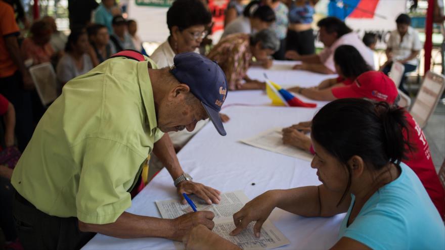 Venezolanos siguen con la firma de petición contra bloqueo de EEUU