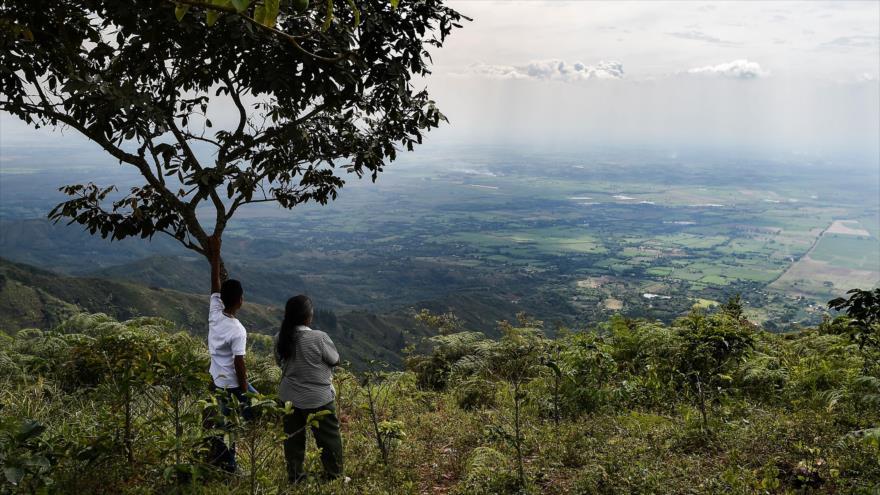Familiares y amigos de un líder campesino asesinado asisten a su funeral en una zona en el departamento del Cauca, 18 de julio de 2018. (Foto: AFP)