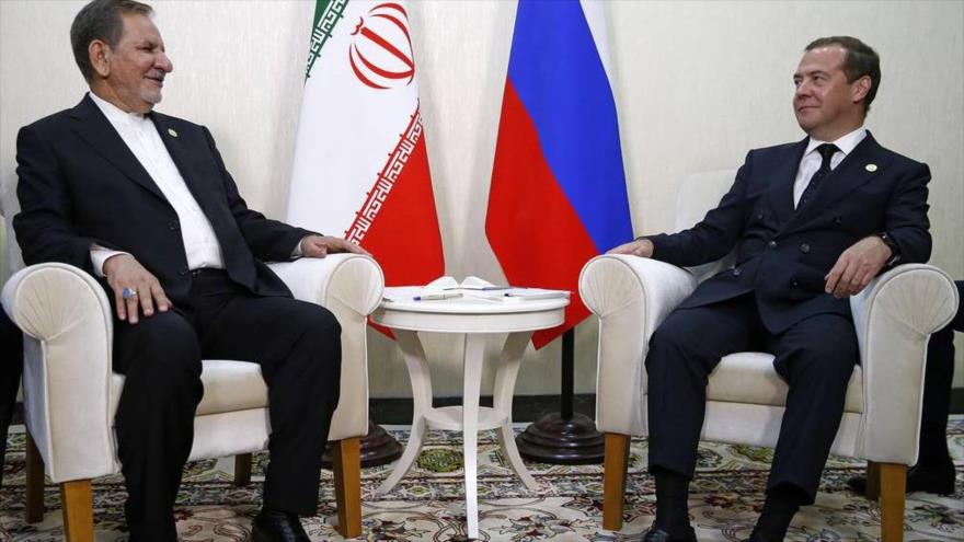 El vicepresidente iraní, Eshaq Yahanguiri (izda.), y el premier ruso, Dimitry Medvedev, reunidos en Turkmenistán, 12 de agosto de 2019.