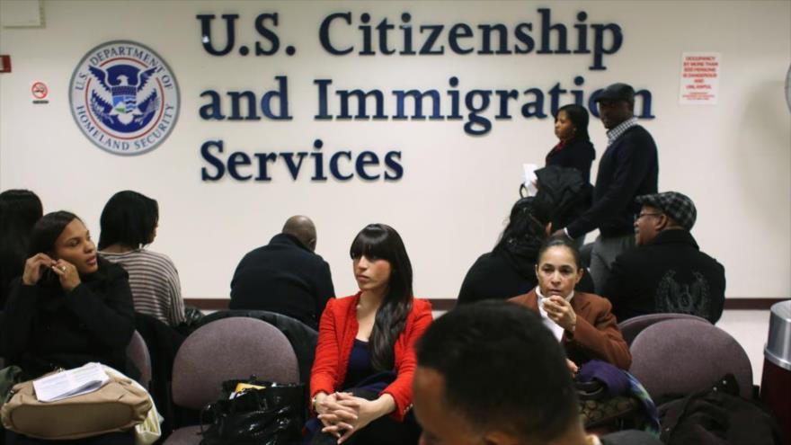 Los migrantes esperan sus entrevistas de ciudadanía en una oficina del Servicio de Ciudadanía e Inmigración de EE.UU. en Nueva York.