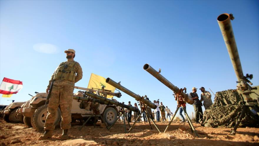 Un combatiente de Hezbolá se para frente a la artillería antitanques en Juroud Arsal, la frontera entre Siria y El Líbano. (Foto: Reuters)