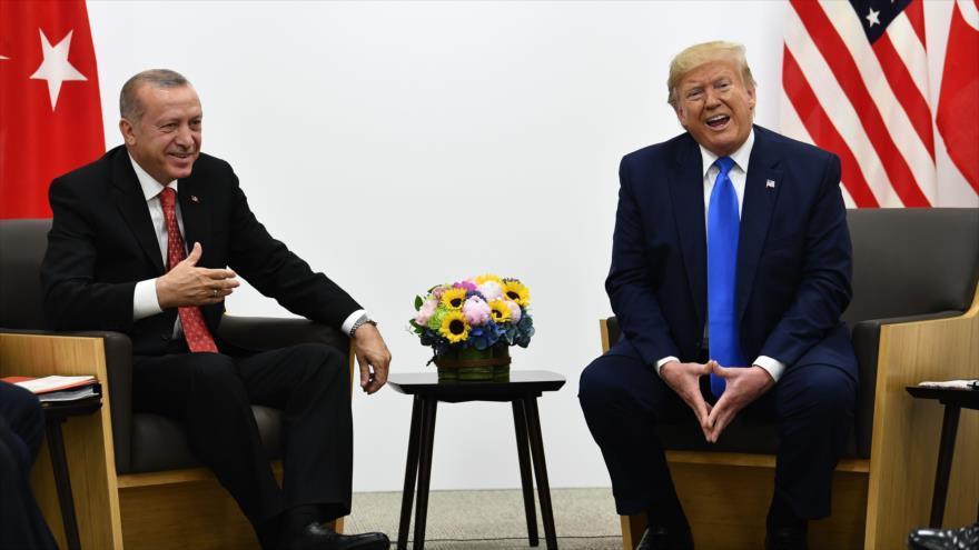 El presidente turco, Recep Tayyip Erdogan, se reúne con su par estadounidense, Donald Trump, en Japón, 29 de junio de 2019. (Foto: AFP)