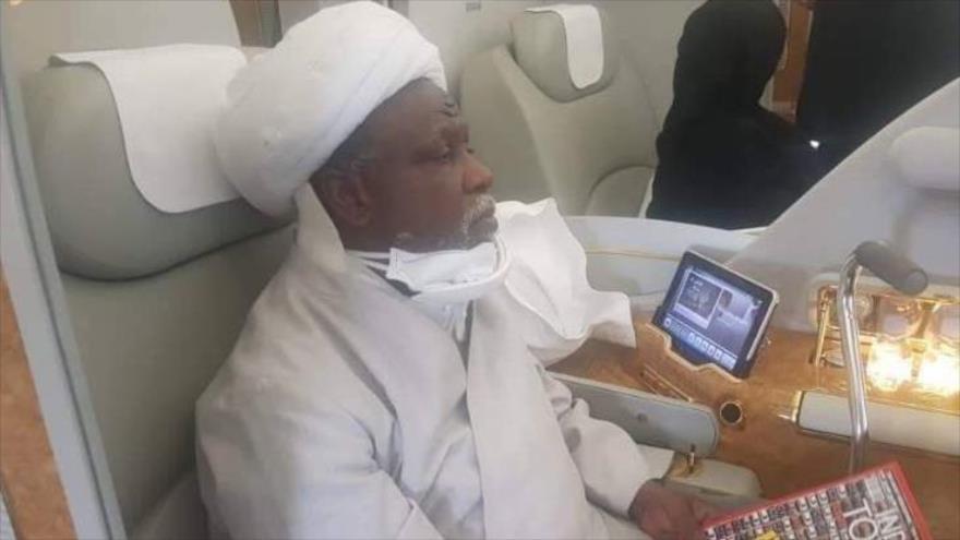 El líder musulmán nigeriano el sheij Ibrahim al-Zakzaky viaja abordo de un avión rumbo a La India para recibir tratamiento médico, 12 de agosto de 2019.