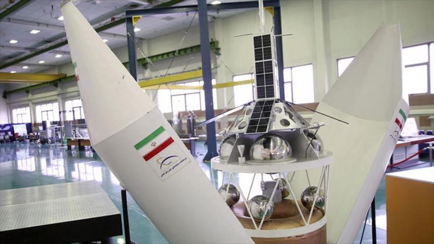Exhiben partes integrantes del satélite de telecomunicaciones Nahid-1, de fabricación iraní.