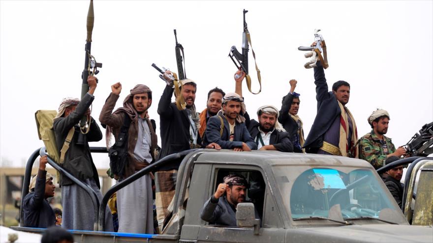 Fuerzas tribales yemeníes leales al movimiento popular Ansarolá congregadas en una localidad en el norte de Saná, 1 de agosto de 2019. (Foto: AFP)