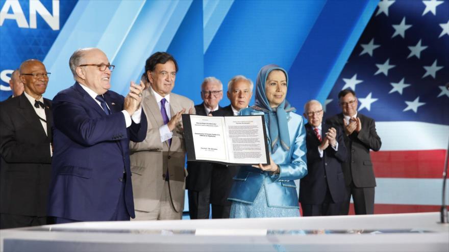 Rudy Giuliani, asesor del presidente de EE.UU., Donald Trump (1.º izq.), junto a Maryam Rayavi, cabecilla del grupo terrorista Muyahidín Jalq, 30 de junio de 2018.