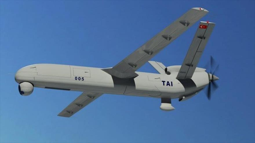 Un avión no tripulado (dron) turco en pleno vuelo.