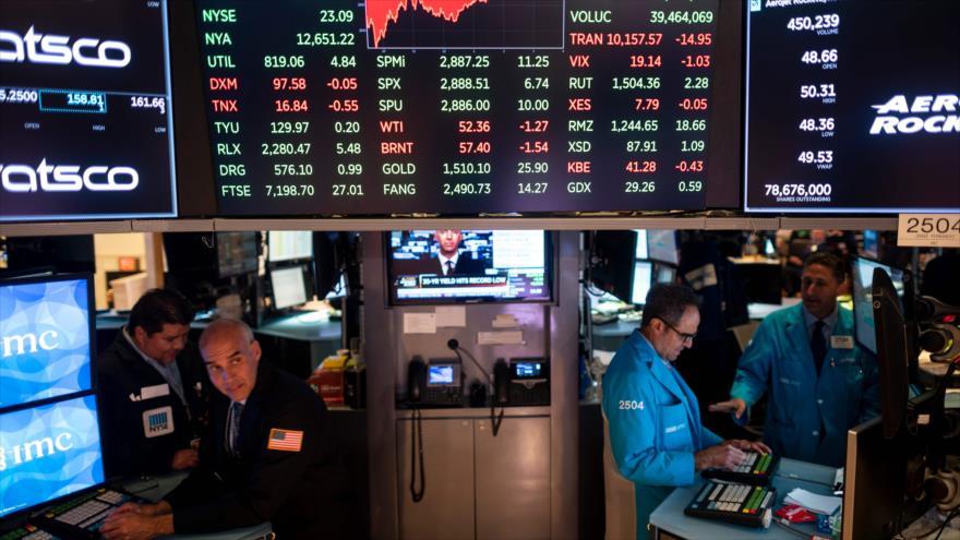 Los operadores trabajan después de la campana de cierre en la bolsa de Nueva York, 7 de agosto de 2019. (Foto: AFP)