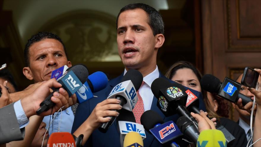 El líder opositor venezolano, Juan Guaidó, habla en una rueda de prensa en Caracas, la capital, 13 de agosto de 2019. (Foto: AFP)