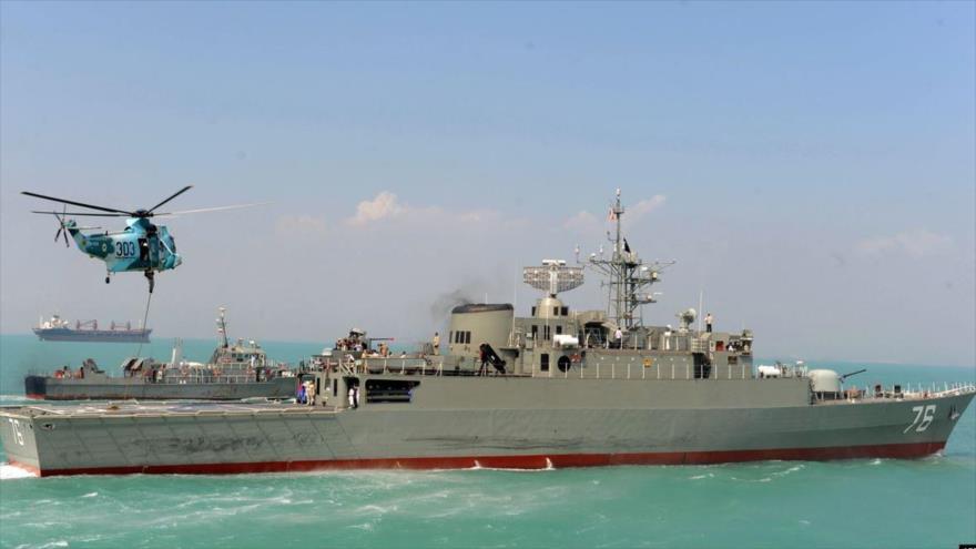 El destructor Yamaran, de la Armada iraní, interviene en una maniobra naval en el Golfo Pérsico.