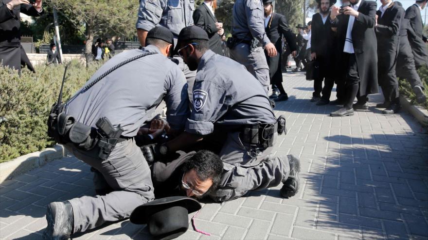 Fuerzas israelíes detienen a un judío ultraortodoxo que protestaba contra el ejército israelí, Al-Quds (Jerusalén), 13 de agosto de 2019. (Foto: AFP)