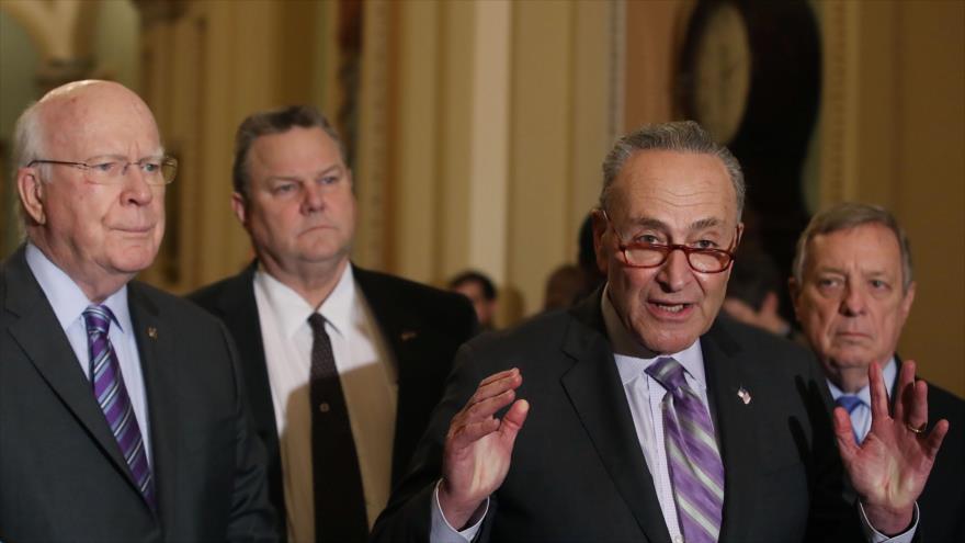 Los senadores demócratas Chuck Schumer (dcha.) y Patrick Leahy en Washingron, la capital de EE.UU., 12 de febrero de 2019. (Foto: AFP)