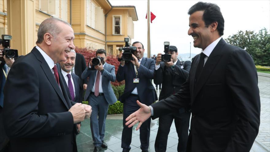El presidente turco, Recep Tayyip Erdogan, recibe al emir de Catar, Tamim bin Hamad Al Zani (dcha.), Estambul, noviembre de 2018.
