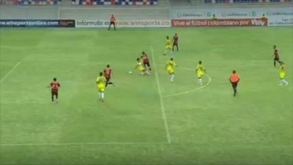Video: Futbolista colombiano marca un increíble gol 'maradoniano'