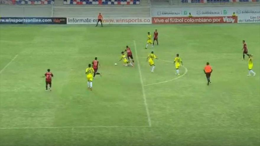 Video: Futbolista colombiano marca un increíble gol 'maradoniano' | HISPANTV
