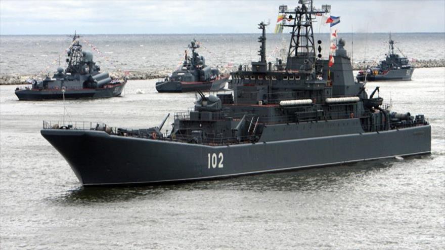Buques de guerra rusos navegan cerca de aguas nacionales.