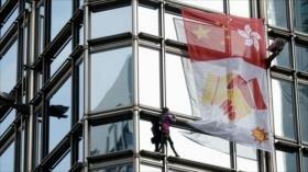 Vídeo: Spiderman francés despliega bandera por paz en Hong Kong