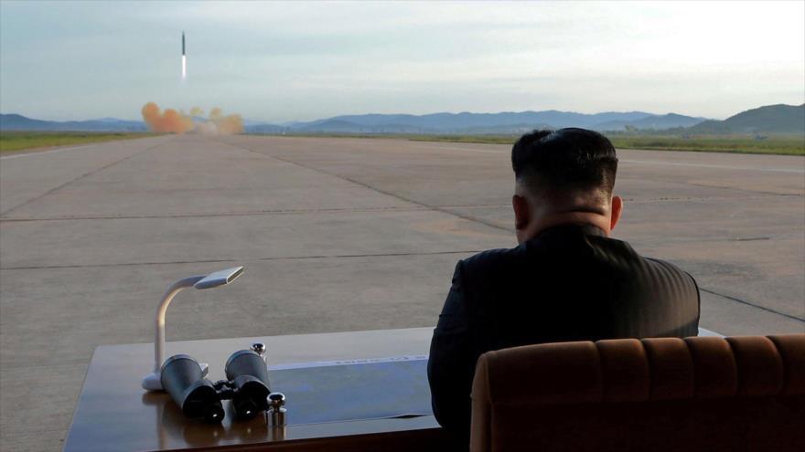 El líder norcoreano Kim Jong-un observa el lanzamiento de un misil Hwasong-12 (Foto: KCNA)