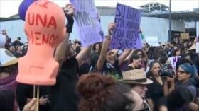 Mujeres en México protestan por violación de policías a adolescente