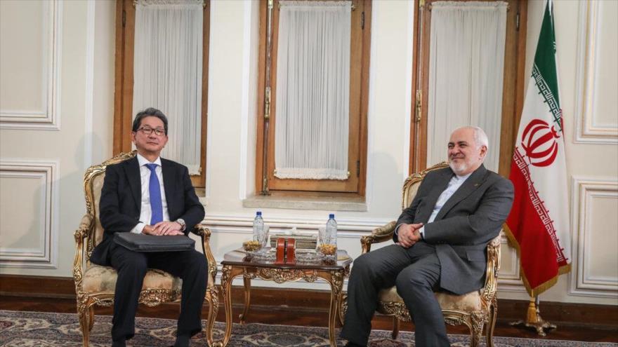 El vicecanciller de Japón, Takeo Mori, (izq.) y canciller iraní, Mohamad Yavad Zarif, en una reunión en Teherán, 17 de agosto de 2019. (Foto: Mehr News)