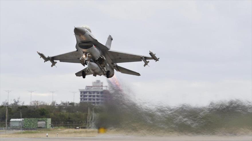 Un avión de combate F-16 de la Fuerza Aérea de EE.UU. despega de una base militar estadounidense.