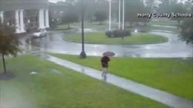 Vídeo: Hombre sale ileso cuando un rayo cae a centímetros de él