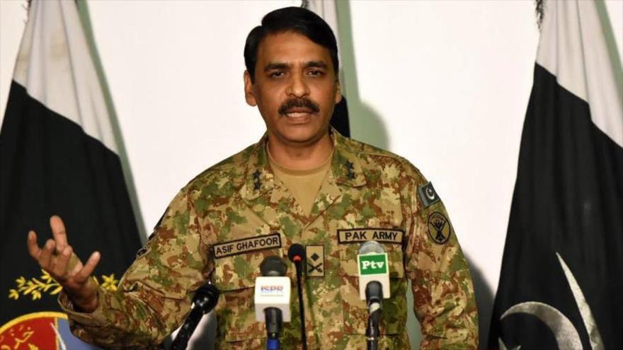 El portavoz del Ejército de Paquistán, el mayor general Asif Ghafoor, habla en una rueda de prensa.
