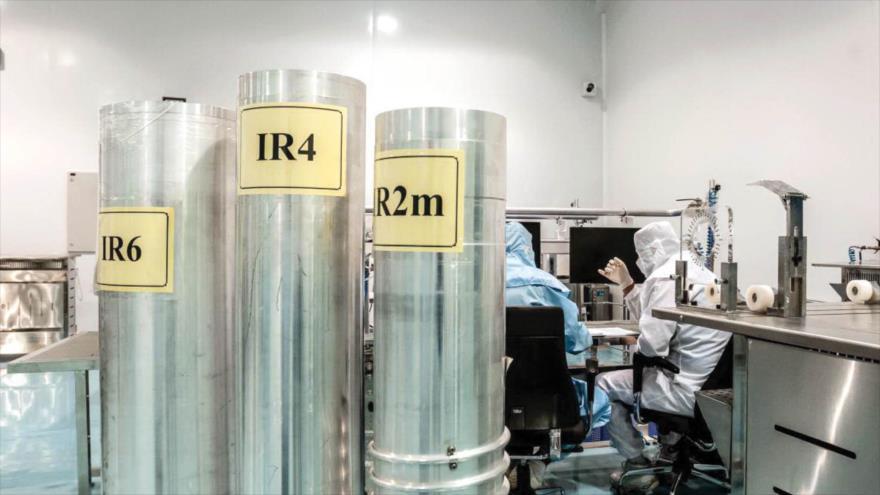 Científicos iraníes trabajan en centrifugadoras de fabricación nacional.