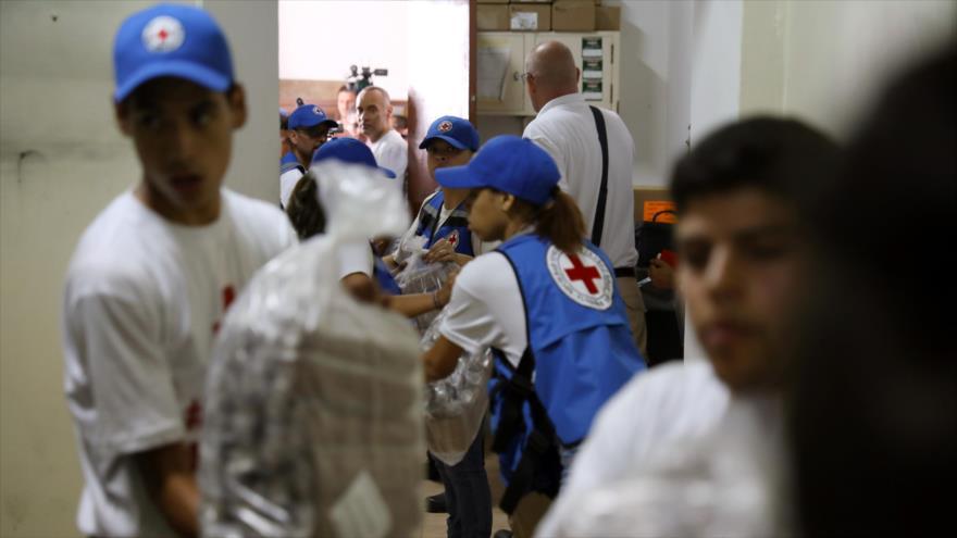 Los trabajadores de la Cruz Roja de Venezuela distribuyen ayuda en un hospital en Caracas (la capital), 17 de abril de 2019. (Foto: Reuters)