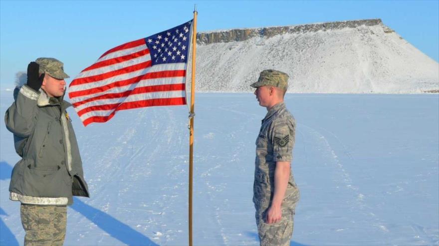 Militares estadounidenses desplegados en su base aérea de Thule, en Groenlandia.