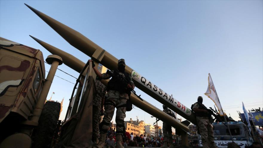 Combatientes del movimiento palestino HAMAS muestran sus misiles en un desfile en la Franja de Gaza.