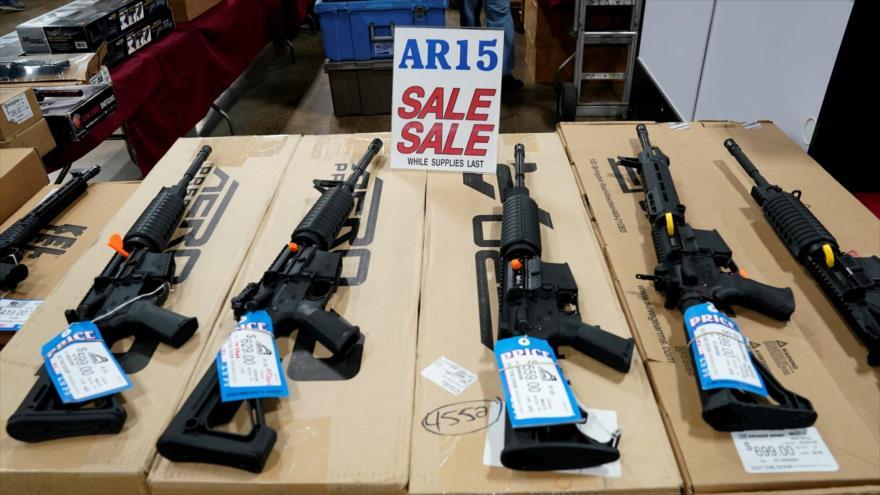 Rifles AR-15 se exhiben para la venta en Oaks, EE.UU., 6 de octubre de 2017.