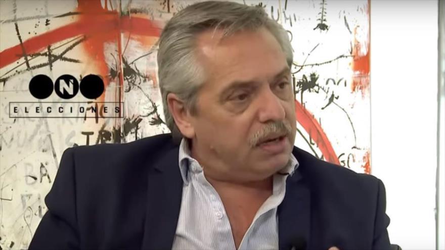Candidato peronista Alberto Fernández durante una entrevista con los medios locales.