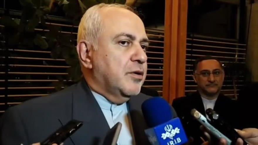 El canciller iraní, Mohamad Yavad Zarif, habla con los periodistas tras llegar a Helsinki (capital de Finlandia), 18 de agosto de 2019.