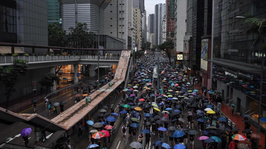 Manifestantes caminan por una calle durante un mitin en Hong Kong, 18 de agosto de 2019. (Foto: AFP)