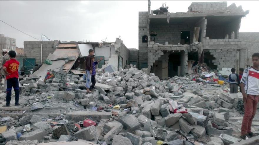 Los residentes buscan entre los escombros en un barrio destruido de Saná, capital yemení, por un ataque aéreo de la coalición liderada por Riad.