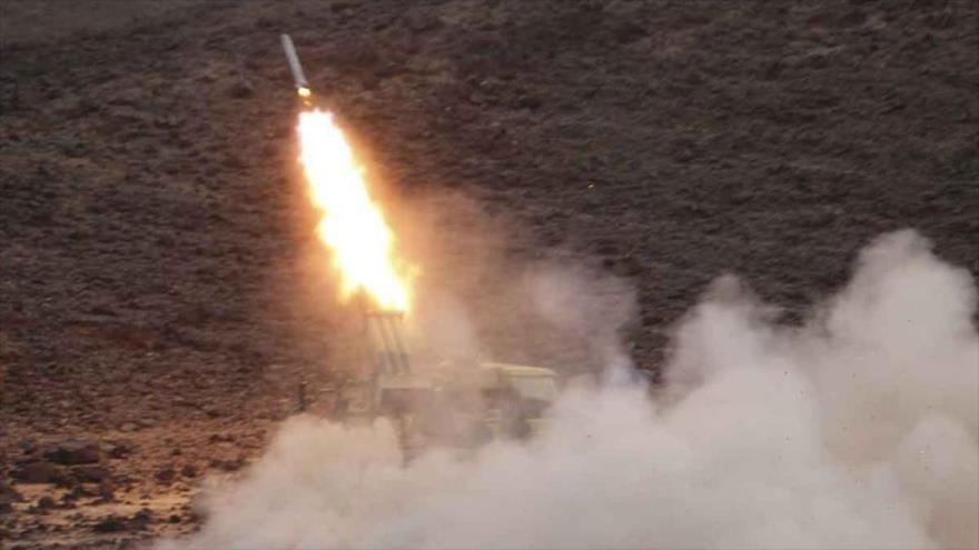 Las fuerzas yemeníes lanzan un misil balístico contra las posiciones militares de Arabia Saudí.