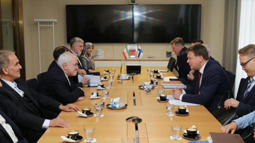 El canciller iraní, Mohamad Yavad Zarif (2.º izda.), se reúne con una delegación finlandesa en Helsinki, 19 de agosto de 2019.