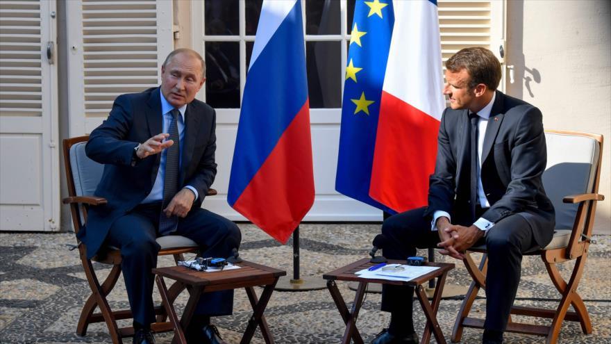 El presidente ruso, Vladimir Putin (izda.), en una rueda de prensa conjunta con su par francés, Emmanuel Macron, 19 de agosto de 2019. (Foto: AFP)
