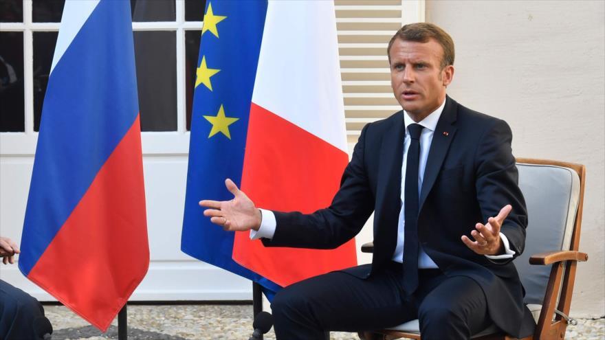 El presidente francés, Emmanuel Macron, habla con la prensa junto a su homólogo ruso, Vladimir Putin, en Francia, 19 de agosto de 2019. (Foto: AFP)