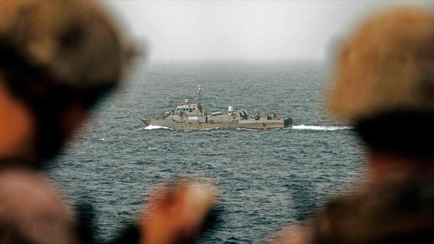 Los marineros estadounidenses vigilan las naves iraníes en el estrecho de Ormuz, 12 de agosto de 2019. (Foto: AFP)