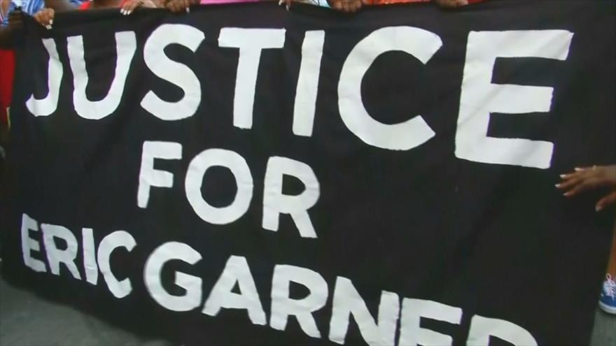 Despedido policía de NY que asfixió a muerte a un afroamericano