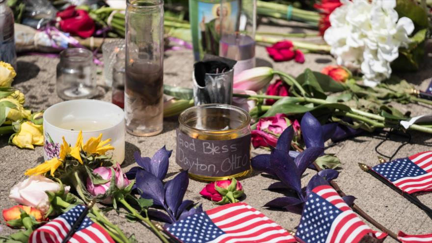 Velas y flores colocadas frente a un bar después un tiroteo masivo en Dayton, Ohio, 5 de agosto de 2019. (Foto: AFP)