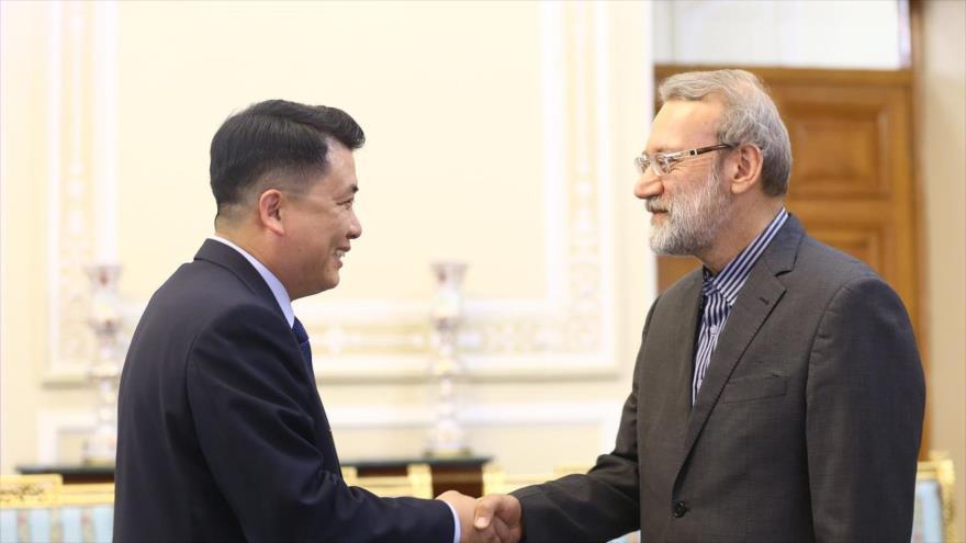 El jefe del Parlamento iraní, Ali Lariyani (dcha.) y el vicepresidente de Asamblea Popular Suprema norcoreana, Pak Chol-min, en Teherán, 20 de agosto de 2019.