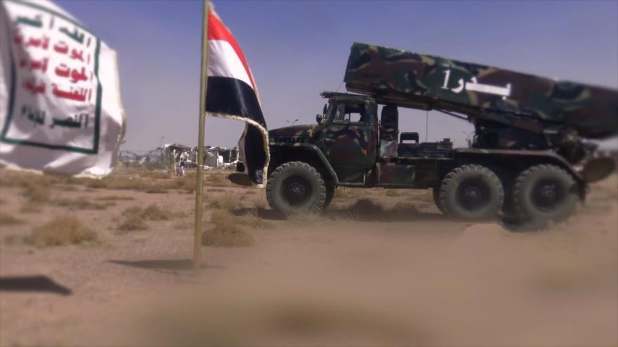 Combatientes del movimiento popular yemení Ansarolá preparan lanzamiento de cohetes contra objetivos en Arabia Saudí.