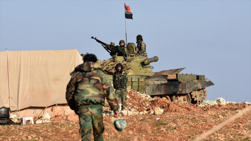 Soldados sirios cerca de un tanque en una carretera en la provincia de Hama durante enfrentamientos con los terroristas.