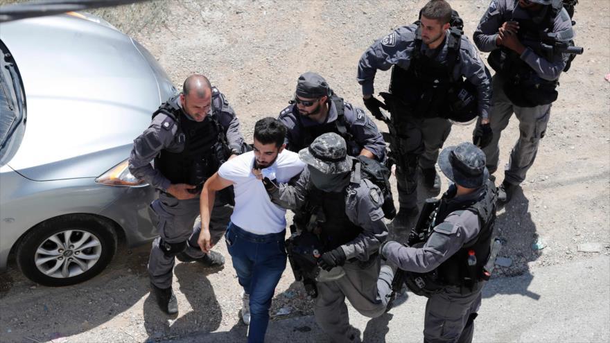 Fuerzas israelíes arrestan a un joven palestino en Al-Quds (Jerusalén), 21 de agosto de 2019. (Foto: AFP)